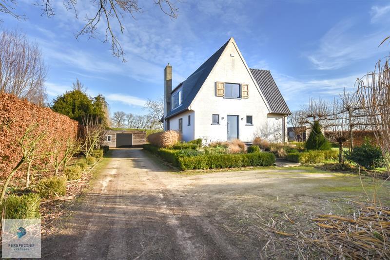 Charmante villa in cottage stijl met zonnige tuin en zwembad op 1987 m²