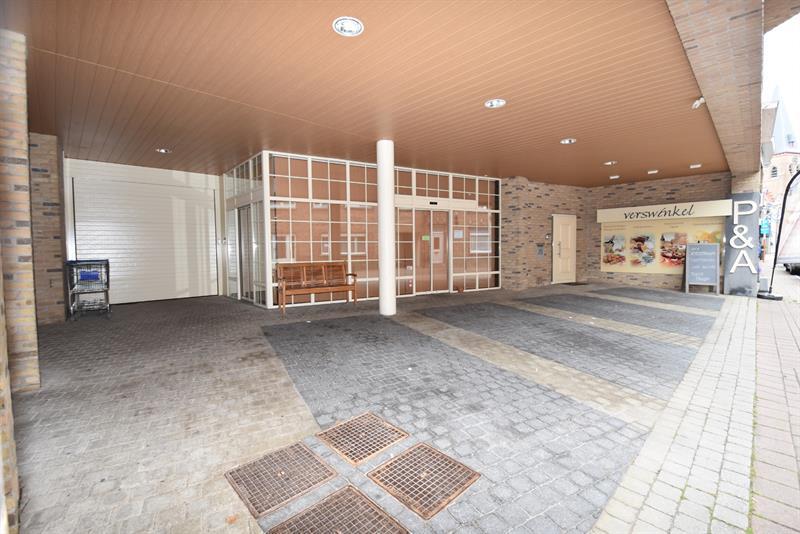 POLYVALENTE RUIMTE bestaande uit een GROTE RUIMTE (303m²) WINKEL/KANTOOR/PRAKTIJKRUIMTE